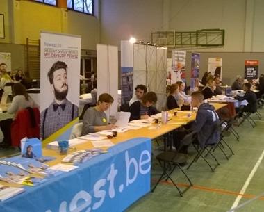Laatstejaars KTA solliciteren bij bedrijven tijdens sollicitatiebeurs JOBexpo